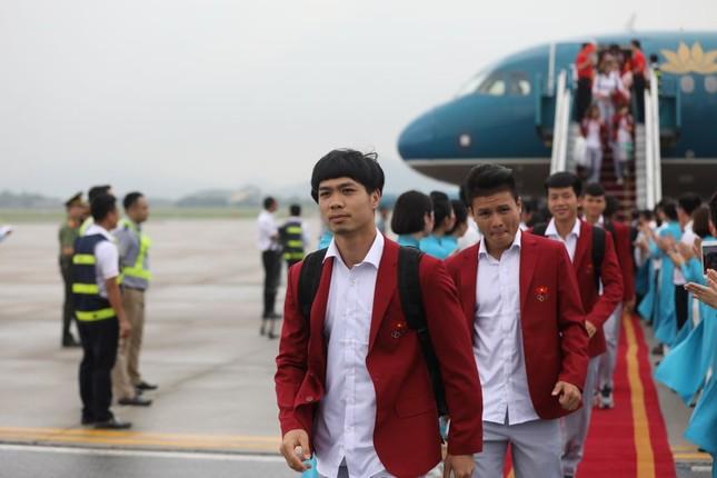 Cận cảnh Olympic Việt Nam xuống sân bay Nội Bài ảnh 12