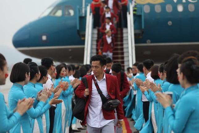 Cận cảnh Olympic Việt Nam xuống sân bay Nội Bài ảnh 11