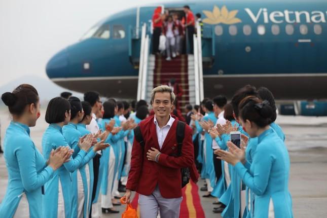 Cận cảnh Olympic Việt Nam xuống sân bay Nội Bài ảnh 10