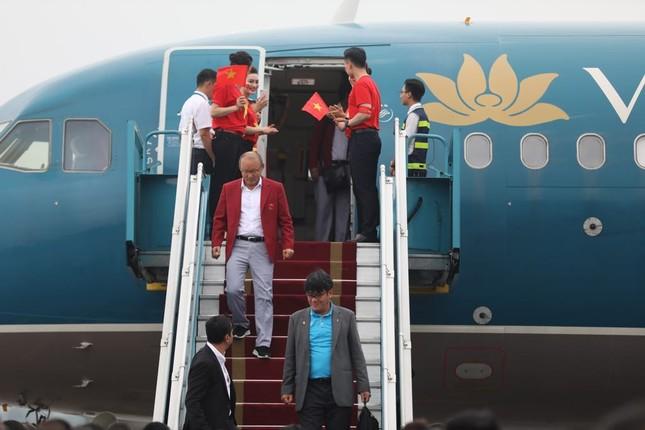 Cận cảnh Olympic Việt Nam xuống sân bay Nội Bài ảnh 2