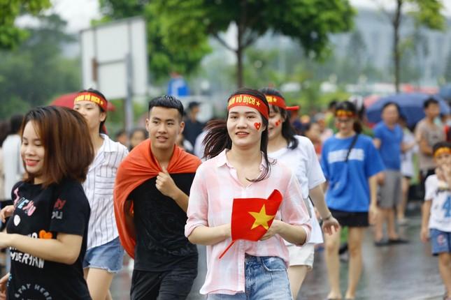 Những bóng hồng đội mưa đón Olympic Việt Nam ảnh 5
