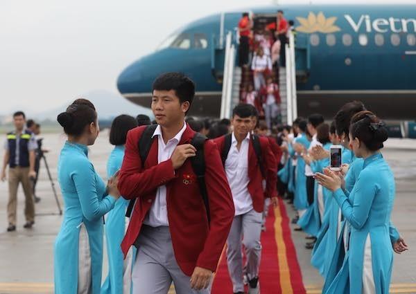 Olympic Việt Nam đã về tới sân bay Nội Bài ảnh 45