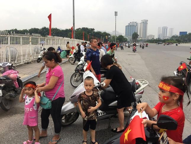 Olympic Việt Nam đã về tới sân bay Nội Bài ảnh 57