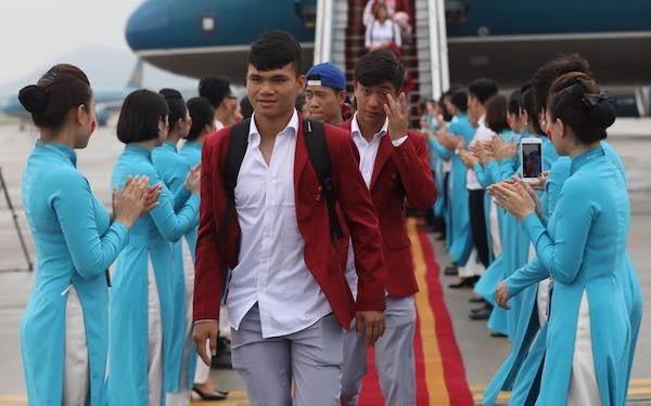 Olympic Việt Nam đã về tới sân bay Nội Bài ảnh 47