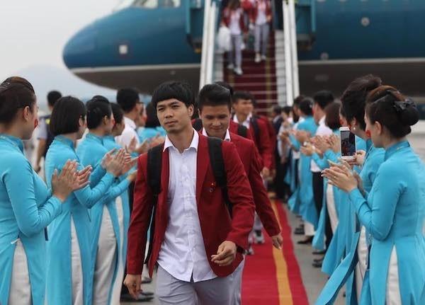 Olympic Việt Nam đã về tới sân bay Nội Bài ảnh 48