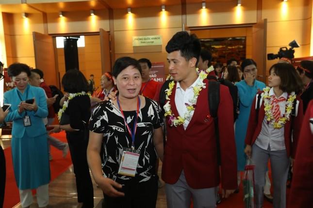 Cận cảnh Olympic Việt Nam xuống sân bay Nội Bài ảnh 14