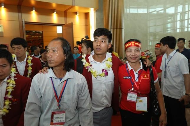Cận cảnh Olympic Việt Nam xuống sân bay Nội Bài ảnh 15