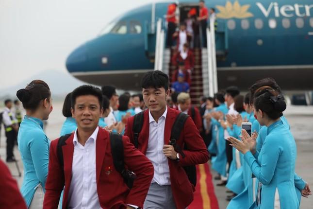 Cận cảnh Olympic Việt Nam xuống sân bay Nội Bài ảnh 9