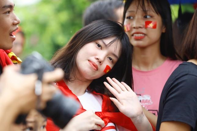 Những bóng hồng đội mưa đón Olympic Việt Nam ảnh 6