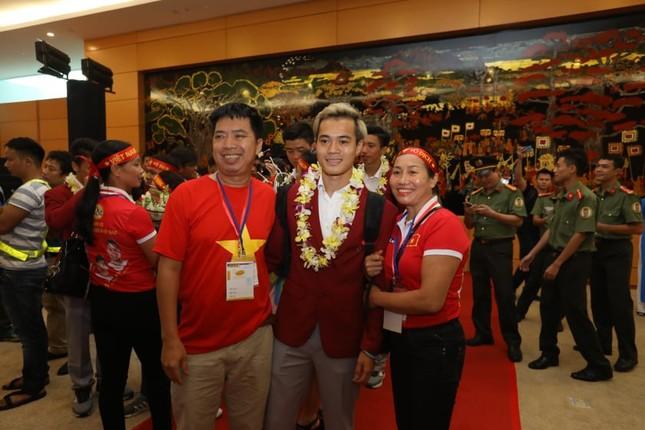 Cận cảnh Olympic Việt Nam xuống sân bay Nội Bài ảnh 16
