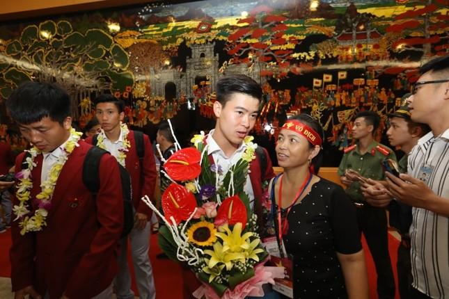 Cận cảnh Olympic Việt Nam xuống sân bay Nội Bài ảnh 17