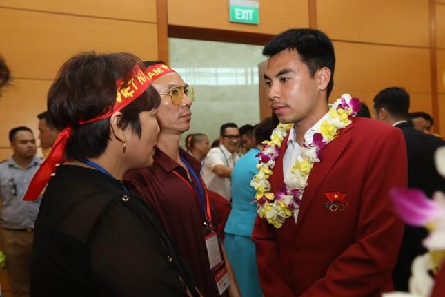 Cận cảnh Olympic Việt Nam xuống sân bay Nội Bài ảnh 18