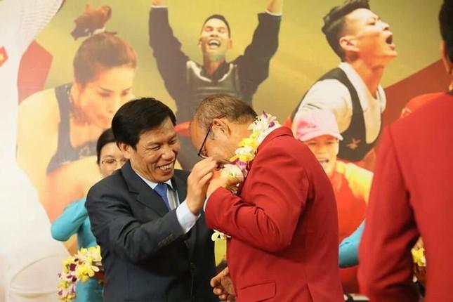 Olympic Việt Nam đã về tới sân bay Nội Bài ảnh 49