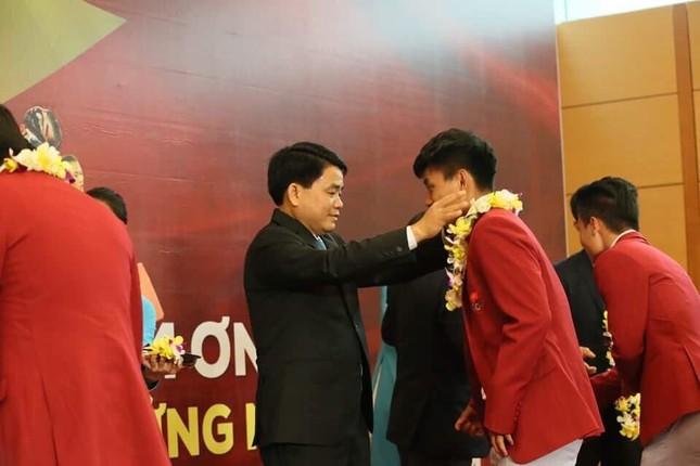 Olympic Việt Nam đã về tới sân bay Nội Bài ảnh 50