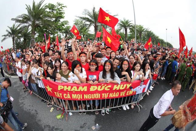 Olympic Việt Nam đã về tới sân bay Nội Bài ảnh 53