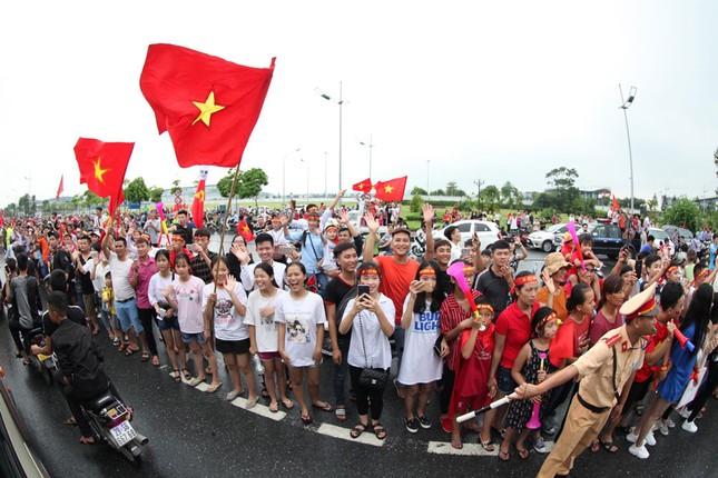 Olympic Việt Nam đã về tới sân bay Nội Bài ảnh 54