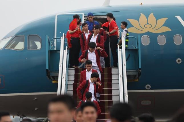 Cận cảnh Olympic Việt Nam xuống sân bay Nội Bài ảnh 3