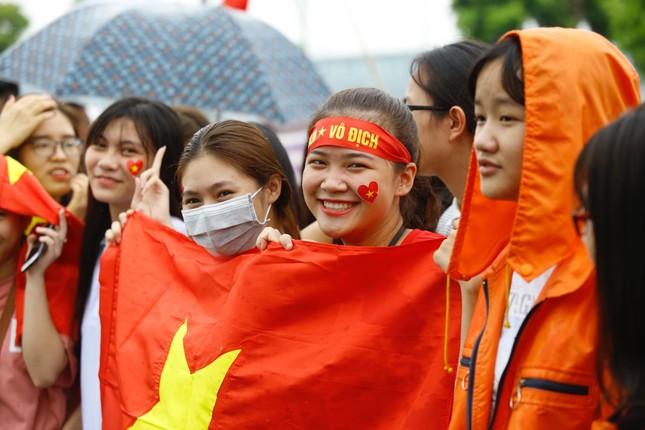 Những bóng hồng đội mưa đón Olympic Việt Nam ảnh 7