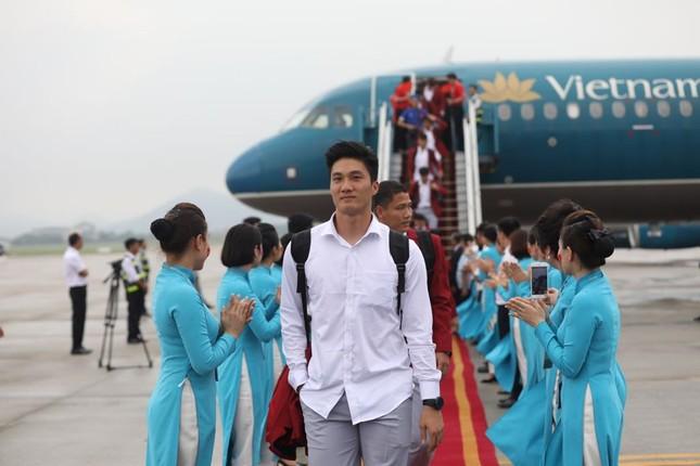 Cận cảnh Olympic Việt Nam xuống sân bay Nội Bài ảnh 8