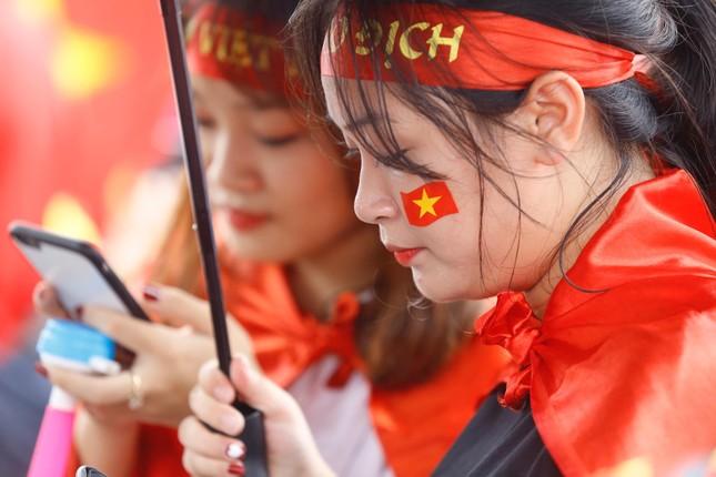 Những bóng hồng đội mưa đón Olympic Việt Nam ảnh 8