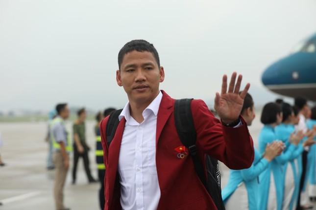 Cận cảnh Olympic Việt Nam xuống sân bay Nội Bài ảnh 6