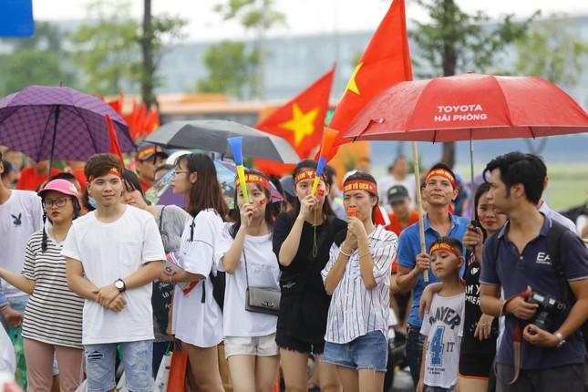Những bóng hồng đội mưa đón Olympic Việt Nam ảnh 9