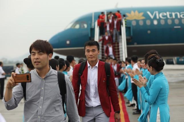 Cận cảnh Olympic Việt Nam xuống sân bay Nội Bài ảnh 7