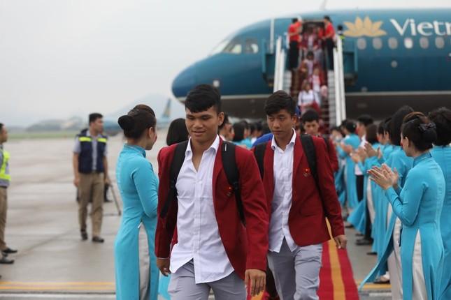 Cận cảnh Olympic Việt Nam xuống sân bay Nội Bài ảnh 5