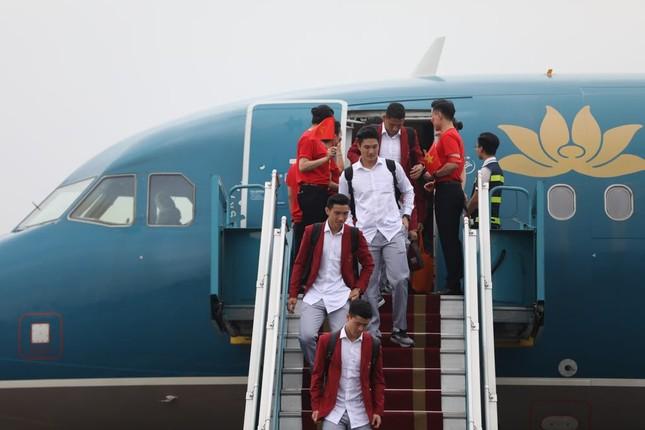 Cận cảnh Olympic Việt Nam xuống sân bay Nội Bài ảnh 4