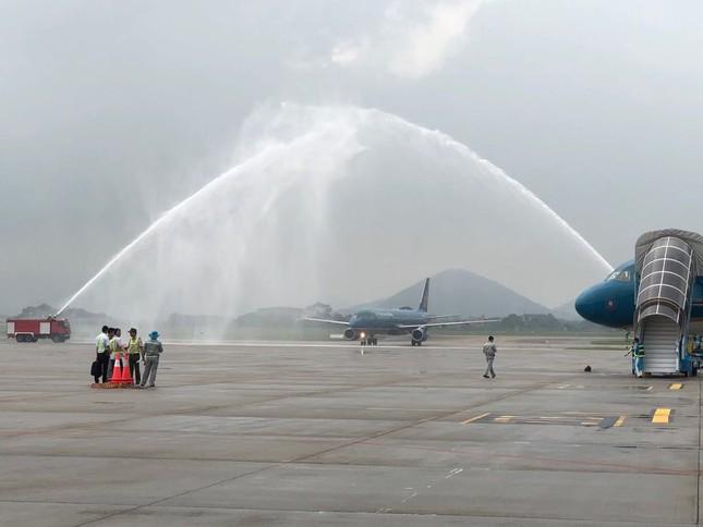 Cận cảnh Olympic Việt Nam xuống sân bay Nội Bài ảnh 1