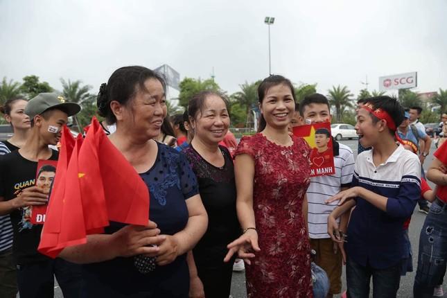 Olympic Việt Nam đã về tới sân bay Nội Bài ảnh 17