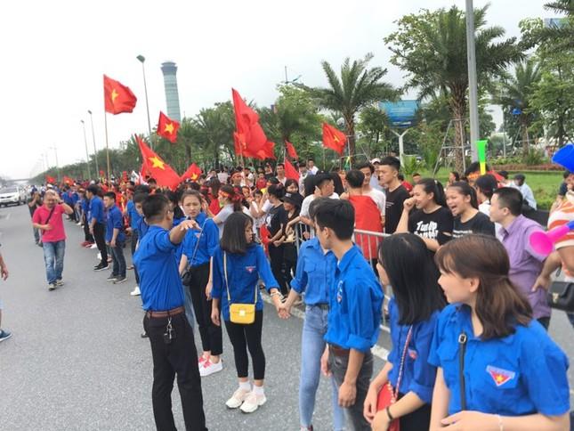 Hàng nghìn CĐV đánh trống, vẫy cờ chào đón Olympic Việt Nam ảnh 15