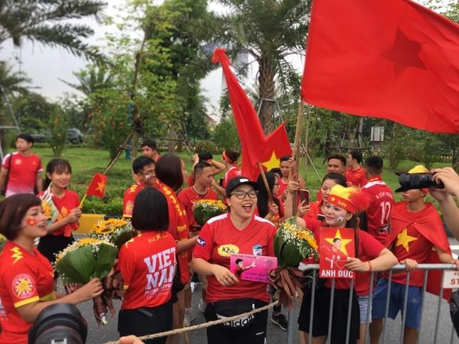 Hàng nghìn CĐV đánh trống, vẫy cờ chào đón Olympic Việt Nam ảnh 16