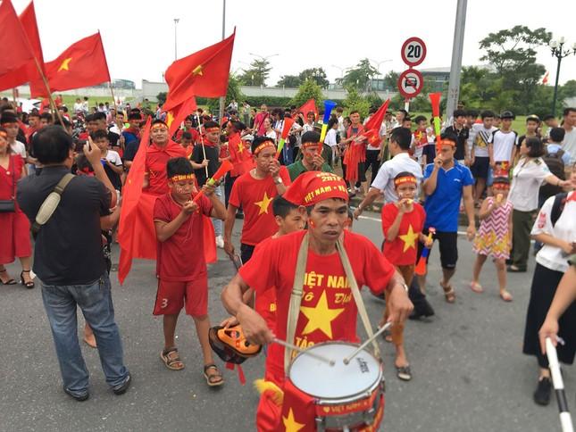 Hàng nghìn CĐV đánh trống, vẫy cờ chào đón Olympic Việt Nam ảnh 8