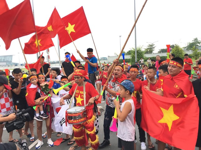 Hàng nghìn CĐV đánh trống, vẫy cờ chào đón Olympic Việt Nam ảnh 13