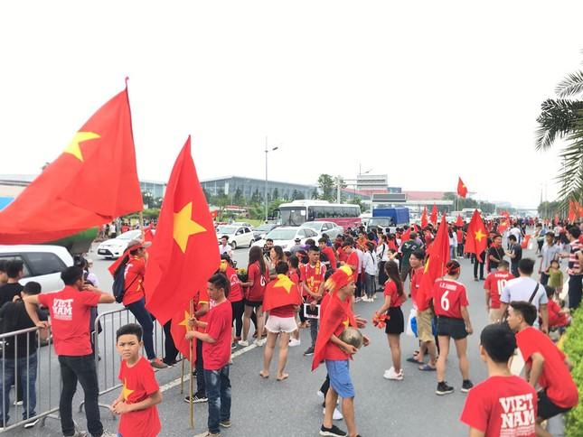Hàng nghìn CĐV đánh trống, vẫy cờ chào đón Olympic Việt Nam ảnh 14