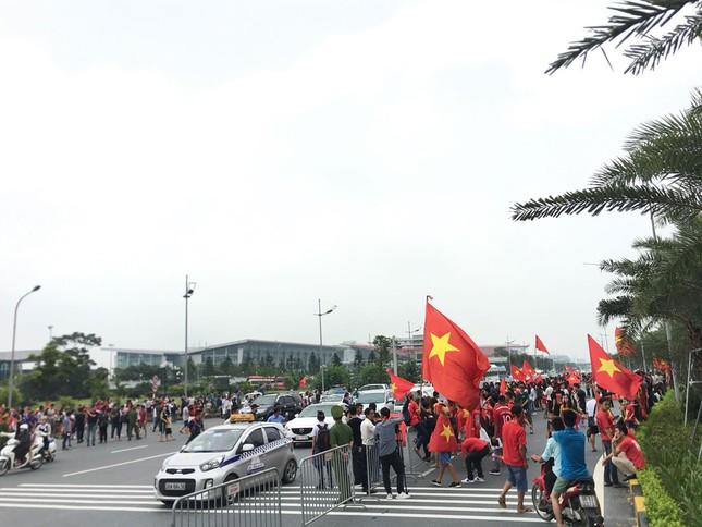 Hàng nghìn CĐV đánh trống, vẫy cờ chào đón Olympic Việt Nam ảnh 1
