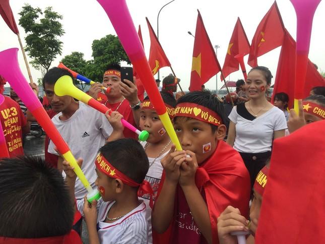 Hàng nghìn CĐV đánh trống, vẫy cờ chào đón Olympic Việt Nam ảnh 19