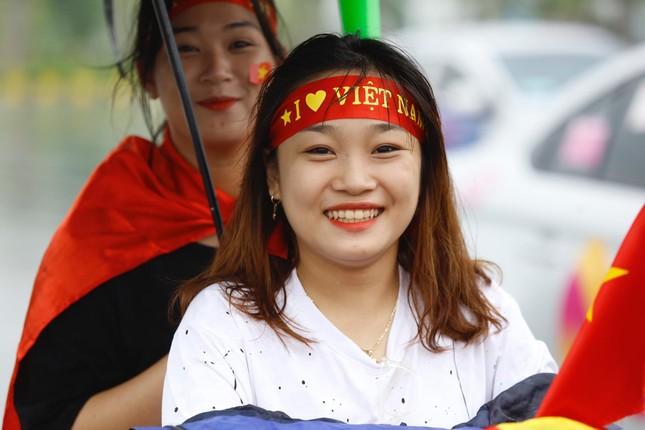 Những bóng hồng đội mưa đón Olympic Việt Nam ảnh 4