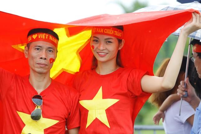 Hàng nghìn CĐV đánh trống, vẫy cờ chào đón Olympic Việt Nam ảnh 11
