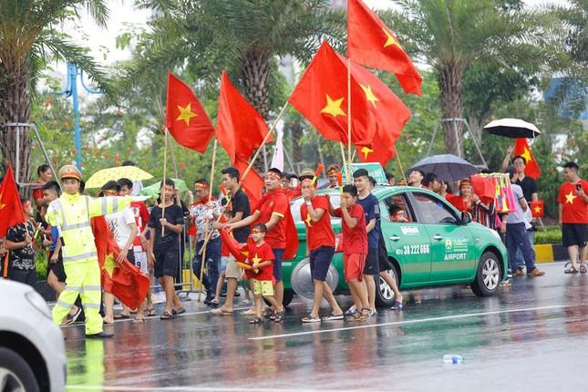 Hàng nghìn CĐV đánh trống, vẫy cờ chào đón Olympic Việt Nam ảnh 12