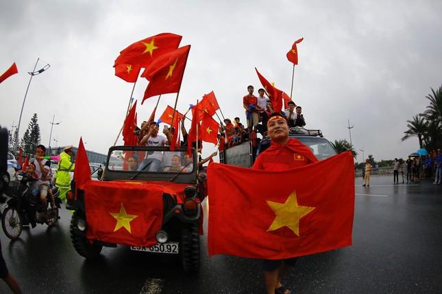 Hàng nghìn CĐV đánh trống, vẫy cờ chào đón Olympic Việt Nam ảnh 9
