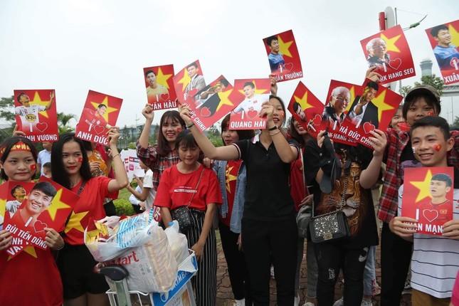 Những bóng hồng đội mưa đón Olympic Việt Nam ảnh 2