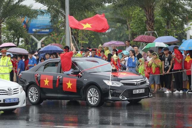 Hàng nghìn CĐV đánh trống, vẫy cờ chào đón Olympic Việt Nam ảnh 5
