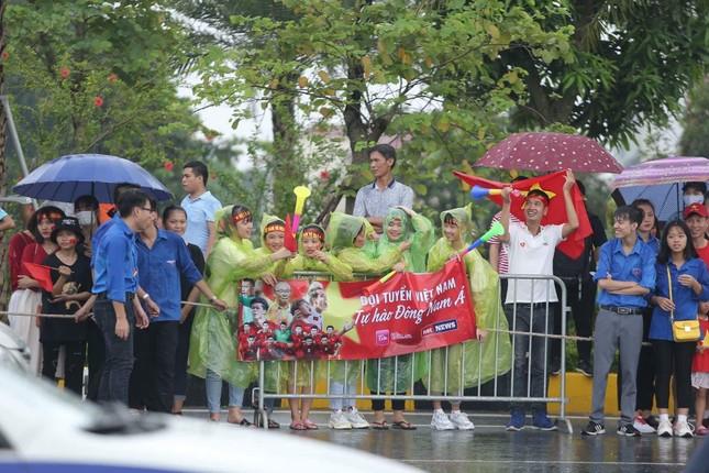 Những bóng hồng đội mưa đón Olympic Việt Nam ảnh 1