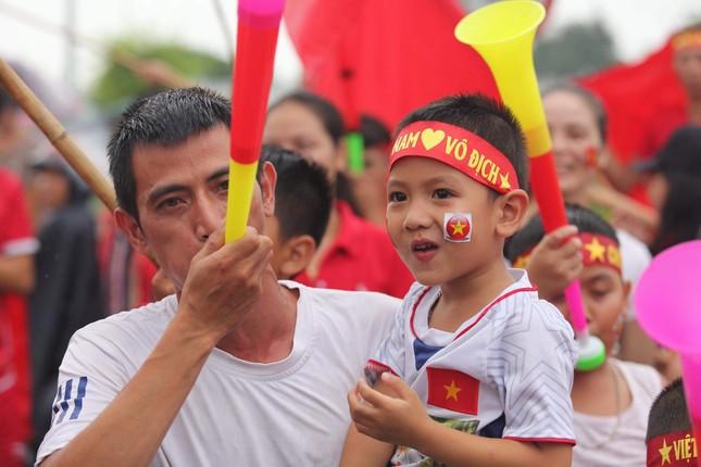 Hàng nghìn CĐV đánh trống, vẫy cờ chào đón Olympic Việt Nam ảnh 7
