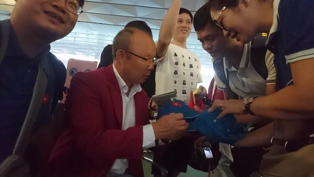 Olympic Việt Nam đã về tới sân bay Nội Bài ảnh 6