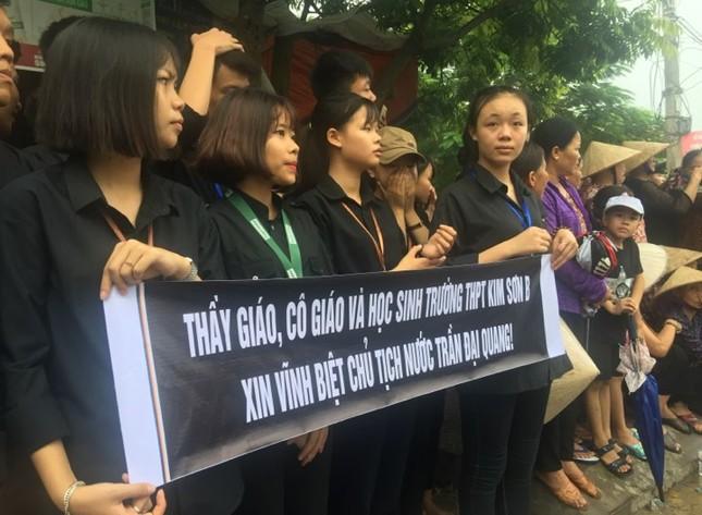 Người dân Ninh Bình ôm di ảnh Chủ tịch nước đón linh cữu ảnh 13
