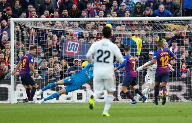 Suarez lập hat-trick, Barcelona vùi dập Real Madrid ở Siêu kinh điển ảnh 7