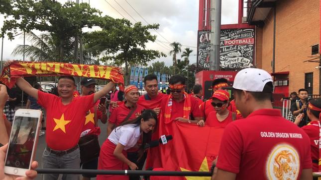 Cổ động viên Việt Nam tiếp lửa cho thầy trò Park Hang Seo ở Indonesia ảnh 2